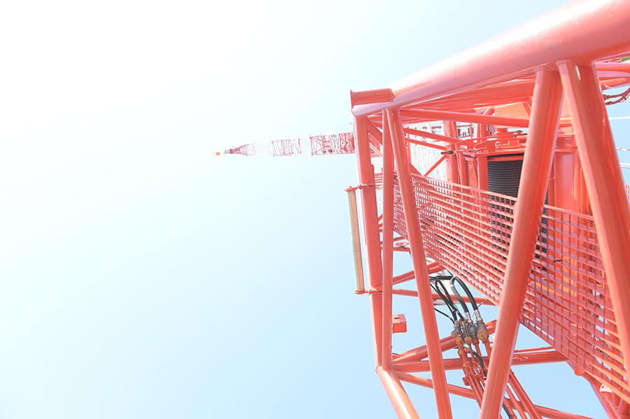 コベルコのクローラクレーン ブームを真下から眺めた様子