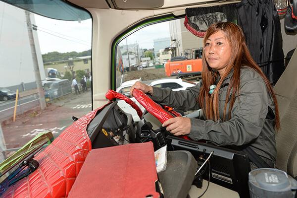 女性スタッフがラフタークレーンのオペレーターとして操縦している様子